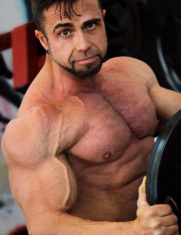 Julio portet entrenador personal con pesa